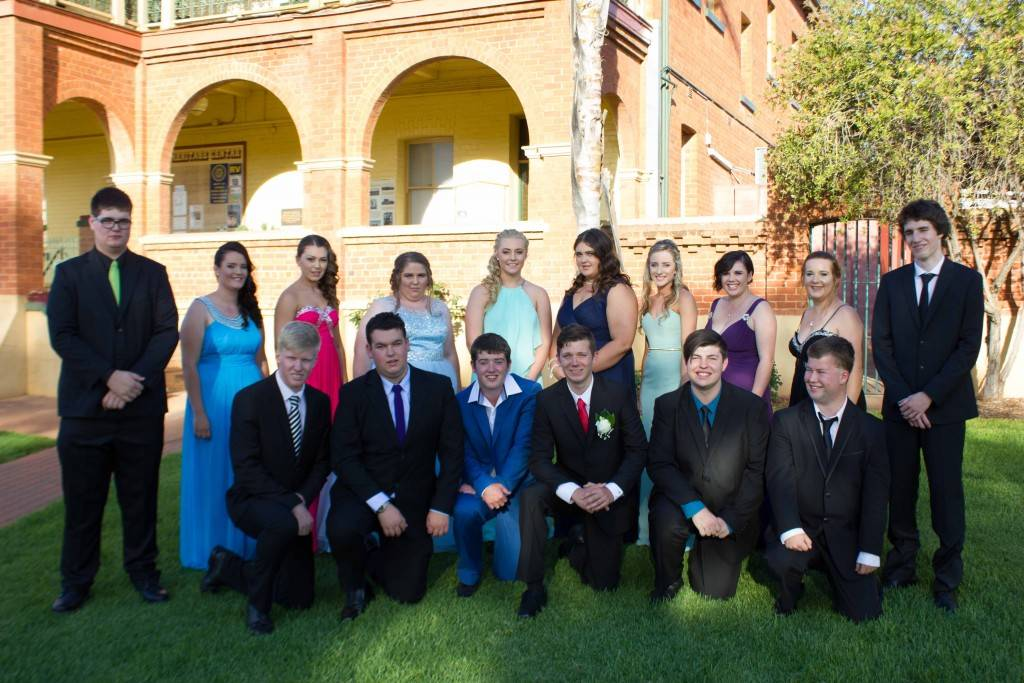 Cobar High School students dressed up for their Year 12 Formal at the Cobar Bowling & Golf Club last Tuesday night. Pictured are Robert Patten, Tara Wilkins, Joshua Bain-Smith, Tahli Thomas, Jordan Coxon, Stacie Lehmann, Toby Black, Bethany Harland,  Nicholas Mines, Taylor O'Keeffe, Kahlie Obray, Callum Sinclair, Melynda Knight, Brooke Hallcroft, Blade Hall and Rowan Florance at the Great Cobar Heritage Centre for their pre-formal photo shoot. ▪ Photo contributed