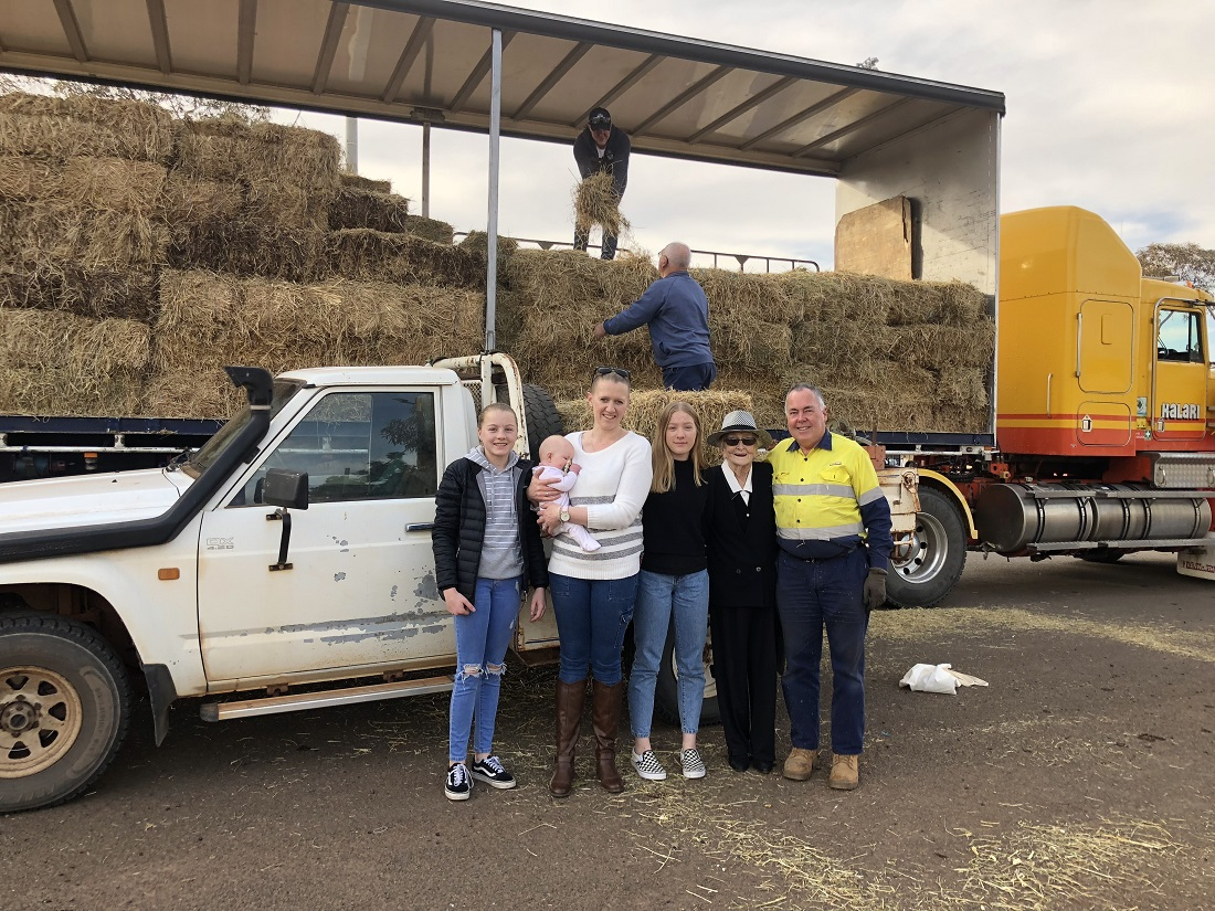 Hamilton Hay Truck delivery Schultz family with driver Warwick Hansted and Mayor Lilliane Brady and Ray Yench helping to unload